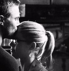 Olicity Oliver and Felicity Stephen Amell Arrow, Arrow Oliver, Team Arrow, Arrow Tv, Oliver Queen Felicity Smoak, Arrow Felicity, Le Couple Parfait, Dc Comics, Emily Bett Rickards