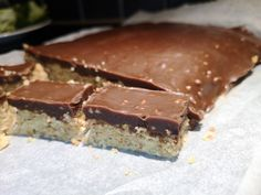 Mandel & peanøtt ruter! Chocolate Buttercream Frosting, Buttercream Recipe, Coconut Chocolate Chip Cookies, Baileys, Jelly, Fondant, Muffins, Cupcake, Paleo