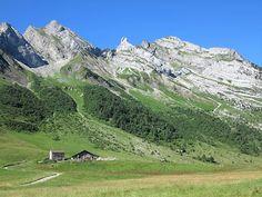 Col des Aravis, France. Me balader dans la montagne pour voir ce genre de paysages, voilà quelque chose dont je ne me lasserai jamais. plus d'infos sur https://lesvoyagesdevalentine.com/2017/04/28/quelques-jours-a-annecy/ #annecy #france #montagne #nature #blogvoyage #blog #voyage #travel #photovoyage #travelpics