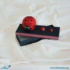 Uğur Böceği Kumbara Tasarım kutu  Kutu özellikleri: 13x8x3,5 cm dokulu kağıt kullanılmış sıvama kutu Biblo özellikleri: 6x6x8 cm porselen kumbara Satın almak için www.atolyemira.com adresini ziyaret edebilirsiniz.