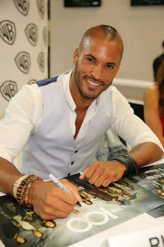 Ricky Whittle of THE 100 cracks a smile as he signs for fans at the Warner Bros. booth at Comic-Con The 100 Cast, It Cast, Ricky Whittle The 100, Lincoln The 100, Gorgeous Men, Beautiful People, Bellarke, San Diego Comic Con, Military Men