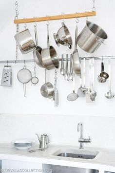 Villa Fabrica: Serenity in Santorini// hanging pots and tools: easy to see, easy to grab, more likely to use. Santorini Luxury Hotels, Santorini Villas, Kitchen Interior, Interior And Exterior, Hamptons Kitchen, Pot Hanger, Hanging Pots, Shabby Chic Kitchen, Minimalist Kitchen
