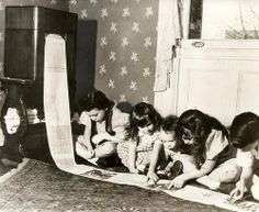 1938 In 1938 the first wireless newspaper was sent from WOR radio station in New York. This photo shows children reading the children's page of a Missouri paper. (via nationaalarchief) Inventions Folles, Vintage Photographs, Vintage Photos, Antique Pictures, Vintage Postcards, Ideas Para Inventos, Missouri, Weird Inventions, The Jetsons