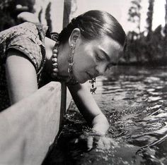 Frida - looks like it was shot in the floating gardens of Mexico City? Yes: Frida Kahlo at Xochimilco, Mexico, 1937 - Fritz Henle Diego Rivera, Frida E Diego, Frida Art, Nickolas Muray, Mexican Artists, Foto Art, Photomontage, Great Artists, Just In Case