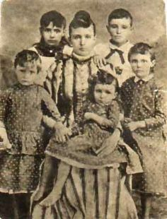 1893 photos of children | This is a photo of the Scholes family circa 1893.