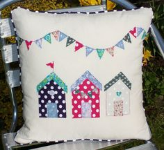 Artículos similares a Beach hut bunting appliqué cushion / pillow cotton floral en Etsy