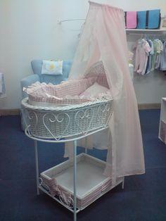 Moises: canasta de mimbre, base de metal, docel, cobertor, colchon y juego de cama en algodon cuadrile rosa