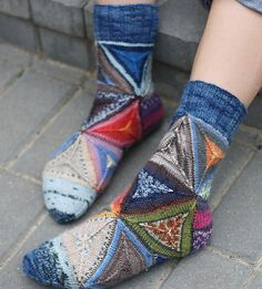 Euclid pattern using leftover sock yarns Knitting Socks, Hand Knitting, Knitting Projects, Crochet Projects, Yarn Crafts, Sewing Crafts, Knitting Patterns, Crochet Patterns, Patterned Socks