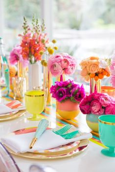 We love this colorful table arrangement for a bright & sunny bridal shower!