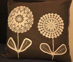 questo cuscino l'ho realizzato utilizzando altri due centrini fatti ad uncinetto da mia sorella Mila