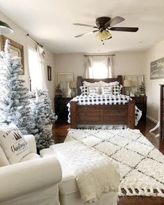 Recommended Farmhouse Master Bedroom Decor And Design Ideas – Best Home Decorating Ideas - Page 26 Farmhouse Master Bedroom, Cozy Bedroom, Pretty Bedroom, Seating In Bedroom, Spare Bedroom Ideas, Bedroom Ideas For Couples Rustic, Bedroom Ideas For Small Rooms Cozy, Apartment Master Bedroom, Bedroom Linens