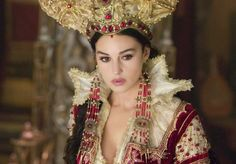 MONICA BELLUCCI como a RAINHA DOS ESPELHOS no filme BROTHERS GRIMM ou OS IRMÃOS GRIMM de 2005 de Terry Gilliam