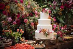 Casamento ao ar livre: bolo decorado com flores naturais