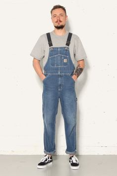 - Model Nick is 183 cm en draagt maat - loose fit - tool pockets and hammer loop - triple stitched - chest pockets Carhartt Bibs, Carhartt Overalls, Denim Dungarees, Bib Overalls, Work Fashion, Mens Fashion, Fashion Outfits, Herren Outfit, Work Wear