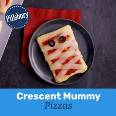 Crescent Mummy Pizzas Kids will go crazy for these adorable mummy pizzas! Made easy with crescent dough, kids will love to help assemble them for dinner or serve them at your next Halloween party. Halloween Appetizers, Halloween Dinner, Halloween Food For Party, Halloween Halloween, Halloween Makeup, Easy Halloween Treats, Halloween Pizza, Halloween Couples, Halloween Desserts