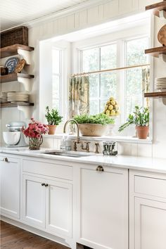 House Tour: James Farmer Designed Aiken, SC Beauty - Design Chic Kitchen Keeping Room, South Carolina Homes, Bentwood Chairs, Low Cabinet, Countertop Materials, House Made, New Kitchen, Kitchen Ideas, Beautiful Kitchens