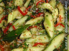 Foto van komkommer salade met sesamzaad.