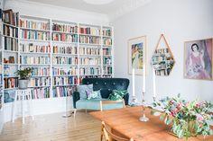 Den platsbyggda bokhyllan tillför så mycket till inredningen...