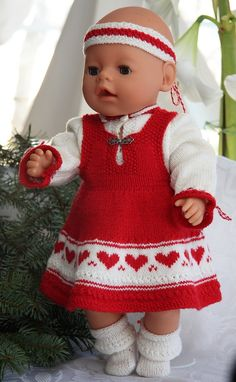 Juleklær til dukken baby born og Chou Chou Baby Born Clothes, Bitty Baby Clothes, Girl Doll Clothes, Girl Dolls, Knitting Dolls Clothes, Knitted Dolls, Doll Clothes Patterns, Doll Patterns, Baby Knitting Patterns