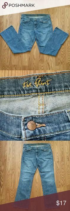 "Jeans ""The Flirt"" Sz 12 34x30 Old Navy Old Navy ""The Flirt""  Mid-Rise Boot-Cut Women's Jeans  Size 12  Measurements taken flat: Waist 34"" Inseam 30"" Old Navy Jeans Boot Cut"