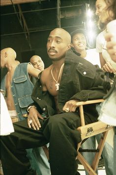 "Tupac Shakur behind the seens of his popular hit single ""Hit 'em up"" music video Tupac Photos, Tupac Pictures, Hippie Style, Estilo Cholo, Tupac Makaveli, Best Rapper, Tupac Shakur, American Rappers, Thug Life"