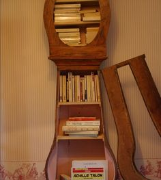 une bibliothèque dans une horloge, lire fait passer le temps !  a library in a clock, reading to pass the time!