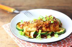 Recept voor heerlijke vispakketjes uit de oven. Met soja, gember en groenten. Makkelijk te bereiden en geschikt voor het hele gezin. Happy Foods, I Want To Eat, Food Inspiration, Barbecue, Seafood, Dinner Recipes, Good Food, Pork, Favorite Recipes
