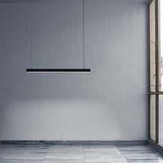 """C'est tout l'esprit du travail de Andreas Bozart Fornell que l'on retrouve dans sa réalisation pour And Tradition : une lampe longiligne baptisée """"Fornell"""", aussi fonctionnelle qu'attractive. Il a joué avec de l'aluminium pour créer une finition mate à l'extérieur et un effet brillant à l'intérieur."""