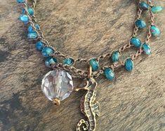 Seepferdchen verknotete häkeln Armband Aqua blau Multi-Wrap Perlen Schmuck von zwei silbernen Schwestern Gestricken