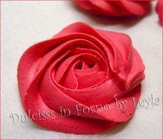 Tutorial passo passo per creare le rose di crema con il sac a poche, alcune ricette per realizzarle e la spiegazione su come colorare le creme.