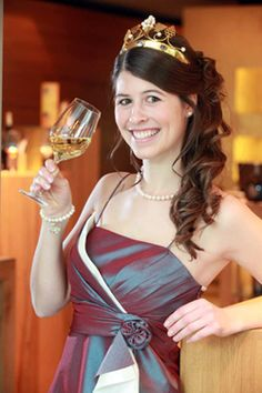 Fränkische Weinkönigin Melanie Dietrich. Ein Porträt über sie auf: http://weine.inbrd.de/content/fr%C3%A4nkische-weink%C3%B6nigin-2012-2013-melanie-dietrich
