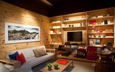 No espaço de Adriana Valle e Patricia Carvalho, as paredes são revestidas com madeira pinus reflorestada para valorizar o pé direito alto.