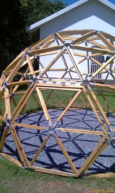 Resultado de imagem para stratodesic wood and membrane dome – paper craft – Ansicht Geodesic Dome Greenhouse, Geodesic Dome Homes, Diy Greenhouse, Dome Structure, Garden Design, House Design, Dome House, Backyard, Architecture
