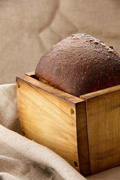 Honig-Salz-Brot stammt aus der anthroposophischen Richtung rund um Rudolf Steiner. Das in Biobäckereien häufig verwendete Backferment ist eine Weiterentwicklung dessen. Letztlich geht es beim Honig-Salz-Brot um spontane Gärung. Ziel ist, über den Honig Hefen in den Teig zu bringen, die ihn nach oben treiben. Wer auf Spontangärung setzt, also keinen Ferment- oder Sauerteigstarter nutzt, geht...