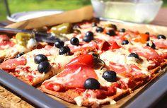 Die beste Low Carb Pizza, die wir je probiert haben. Mit einem hauchdünnen knusprigem Boden aus Mozzarella und Goldleinmehl schmeckt die Pizza wie beim Italiener. Kohlenhydratarm & einfach lecker!