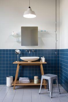 Badezimmer-Ideen für die Waschtisch-Gestaltung im skandinavischen Stil // mit Tolix Hocker, Authentics Wardrope Garderobe und Authentics Kali Spiegelschrank Toilet, Cabinet, Storage, Spaces, Furniture, Home Decor, Bathroom Chair, Bedroom Armchair, Bathing