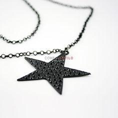 Collar con forma de estrella, en color negro.