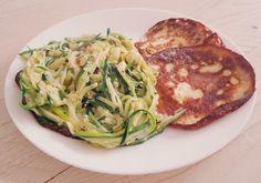 Mozzarellapannenkoekjes met courgetti Zucchini, Avocado, Spaghetti, Healthy Eating, Chicken, Meat, Vegetables, Breakfast, Ethnic Recipes