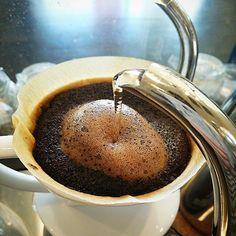 テイスティング中~ 看板コーヒーの 【アプフェルバウム・ブレンド】ですが…、挽き加減を少し荒く挽き、抽出しました。 【アプフェルバウム・ブレンド】の特徴でもある、頑固な苦味が大人しくなり、マイルドな苦味になり、口当たり後味共にマイルドになり、飲みやすくなりました。 苦味が大人しくなった分、柔らかい酸味が少々目立ます。 #本日のコーヒー #本日の一杯 #カフェ #コーヒー #コーヒー豆 #テイスティング #cafe #coffee #coffeebeans #coffeebean  (自家焙煎コーヒーカフェアプフェルバウム)
