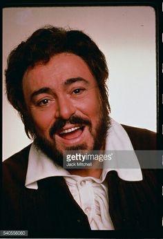 Luciano Pavarotti singing on January 1st, 1900.