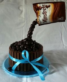Qu'est-ce que c'est le gravity cake ? Anti Gravity Cake, Gravity Defying Cake, Chocolate Bonbon, Chocolate Sponge Cake, Friends Birthday Cake, Birthday Cakes, Cake Decorating Icing, Cupcakes, Specialty Cakes