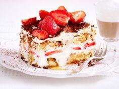 No one will be able to resist this recipe for fruity strawberry tiramisu! # ideas # strawberry time Erdbeer-Tiramisu – so einfach geht's Italian Cookie Recipes, Italian Desserts, Easy Desserts, Delicious Desserts, Yummy Food, Tiramisu Fruits, Strawberry Tiramisu, Dessert Oreo, Bon Dessert