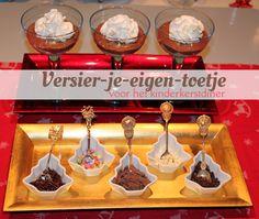 Een compleet kerstmenu voor kinderen; met recepten en inspiratie voor een kipcocktail, kersthamburgers, komkommerkerstboom, pommes duchesse en versier-je-eigen-toetje. van: www.mizflurry.nl
