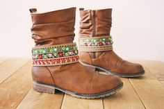 DIY - Boot belts. Super simpel and super cute #boho #bohemian #ibiza #diy #upcycle (in Dutch)