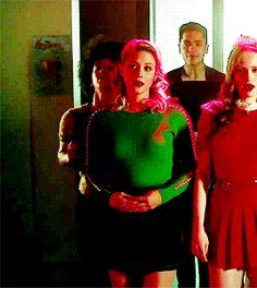 Bughead Riverdale, Riverdale Archie, Riverdale Memes, Big Fun Heathers, Riverdale Cole Sprouse, River Dale, Betty Cooper, Lili Reinhart, Archie Comics