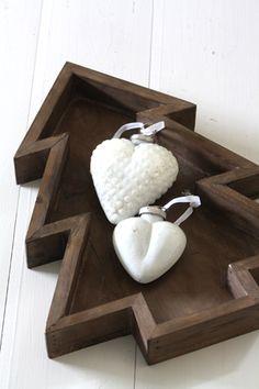 Quriosa Interior - Puutarjotin Joulukuusi - Christmas tree wooden tray, white heart ornament