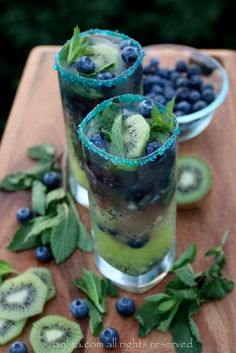 This kiwi blueberry mojito is the perfect summer drink for those backyard get togethers. Plus, it's very easy to turn into a mocktail, just leave out the rum and you will have a yummy kiwi blueberry mint mocktail for anyone who doesn't drink alcohol. Refreshing Summer Drinks, Summer Cocktails, Colorful Cocktails, Craft Cocktails, Fancy Drinks, Yummy Drinks, Blueberry Mojito, Blueberry Recipes, Blueberry Cocktail