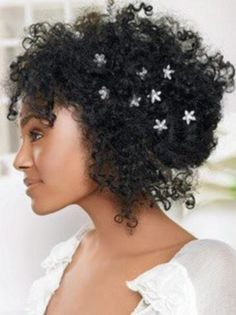 penteado preso froucho com pontas soltas e florzinhas para enfeitar.