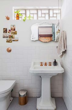 Im Vintage-Stil gearbeiteter Kantenspiegel Diy Furniture Decor, Bathroom Furniture, Diy Home Decor, Dream Bathrooms, Beautiful Bathrooms, Modern Bathroom, Bathroom Ideas, Bathroom Styling, Bathroom Interior Design