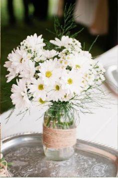 Simple daisy centerpiece (Photo by Hudson Nichols Photography)